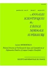Structure feuilletée de l'espace de Kuranishi et isomorphismes de familles de déformations de variétés compactes complexes