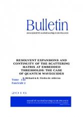 Expansions de résolventes et continuité de la matrice de diffusion aux seuils immergés: le cas des guides d'onde quantiques