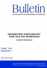 Méthode WKB et instabilité géométrique pour les équations de Schrödinger non linéaires sur des surfaces
