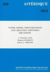 Perturbations du modèle du votant et équations de réaction-diffusion